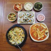 #gimbab #tokbukki #cơmtrộn Món chuẩn Hàn cực kì đúng vị, cơm thập cẩm hơi nhạt nhưng trộn thêm nước tương vs kim chi thì ngon hết sảy. À với lại kimbab chiên thì ngon thôi r :)))) tok cũng tuyệt cú mèo luôn :))) nhưng mà là vị hải sản hix nên mk ko ăn đc mấy dù vị rất đậm đà :))) Nói chung là ưng và chắc chắn sẽ quay lại vì gần nhà mk :))