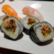 Sushi cuộn da cá hồi nướng