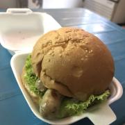 Món này mình ko nhớ tên nhưng dùng bánh Hamburger ăn kèm xúc xích.
