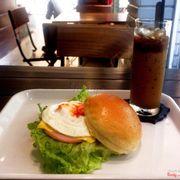 Cà phê và brioche burger
