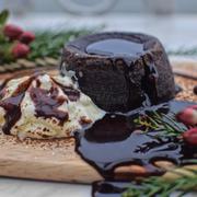 I lava you 🖤🖤🖤 Là loại bánh mê hoặc chết người khi đến Cup of tea, một ngày mùa đông. Lớp vỏ bánh mong manh dễ vỡ, để đến khi chạm nhẹ dòng chocolate nóng hổi chảy tràn mang theo vị quyến rũ đến ngây ngất. Vị ngọt ngào làm tan chảy mọi trái tim trong cái sáng mùa đông này, vị ngọt đậm đặc không bị quá ngọt quyện lấy hoàn hảo lớp bánh thơm thơm bùi bùi, xúc kèm thêm chút kem tươi và bột ca cacao và... Cả thế giới chỉ thấy tan ra, thấm từng tế bào và mọi loại giác quan, nhấp một ngụm trà cam quế nóng sao mà thấy cuộc đời này lôi cuốn đến thế. Cup of tea vẫn luôn được biết đến đầu tiên với khung cảnh thơ mộng nơi ban công Hồ Tây, và ngồi đây thưởng thức lava chocolate uống trà cam quế nóng để thấy đời còn quá nhiều tình yêu - một tình yêu màu đen đậm đặc 🖤🖤🖤