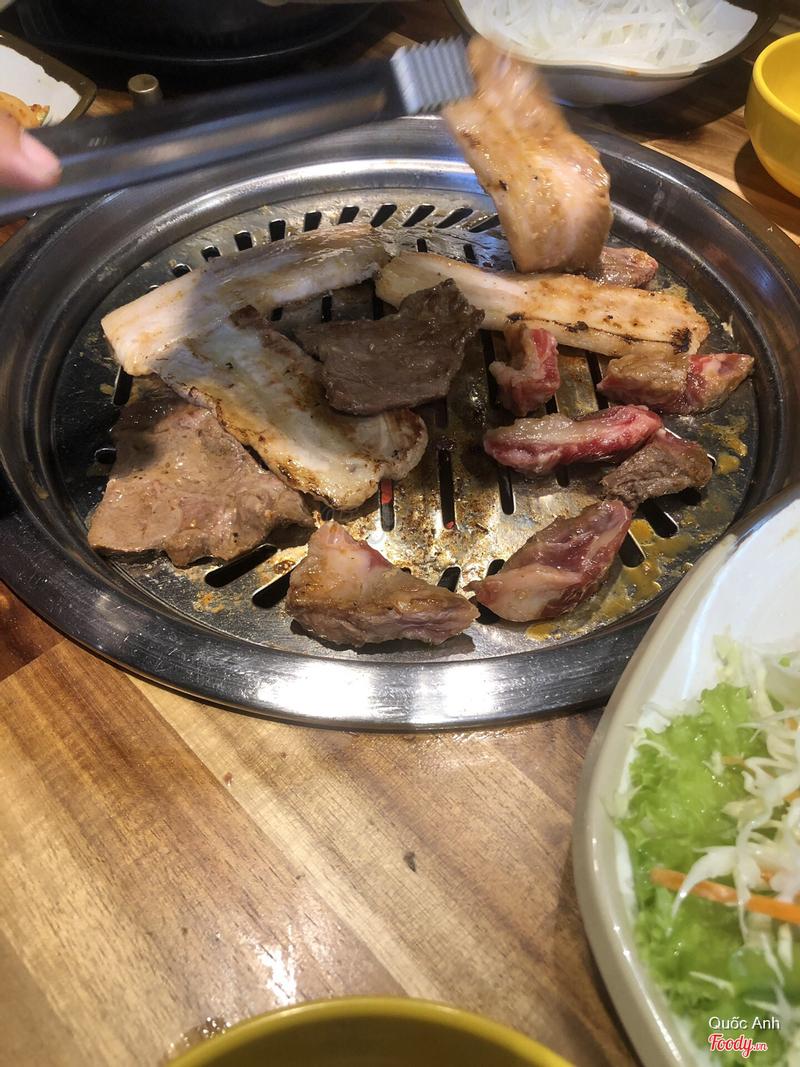 Quên chụp combo 399k hay sao đó nhưng có đủ loại thịt. Thịt bò, thịt ba chỉ và thăn heo nữa. Ba người lớn ăn vẫn không hết nha