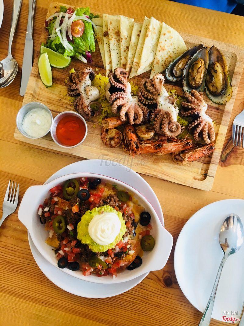 Mâm hải sản Hy Lạp và nachos bò siêu ngon ăn lần đầu