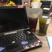 một bên là hồng trà sủi bọt size L và trà xanh kiwi size M