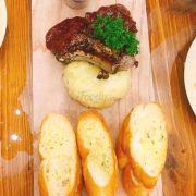 Thịt cừu, khoai tây nghiền, bánh mì bơ tỏi