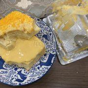 Bánh phô mai trứng muối rất nhiều sốt nhưng tiếc là sốt mặn quá, mình phải bỏ bớt sốt ra mới ăn được. Hic. Lần đầu ăn vị này nên ko biết là size bánh nhỏ hơn những loại khác. Cá nhân mình vẫn thích vị truyền thống và phô mai hơn