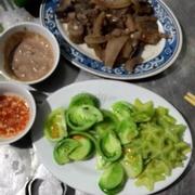Món đuôi bò ăn kèm mắm nêm huế cà chua xanh và ớt xanh