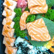 cuốn sunrise 75k, sashimi cá hồi: 45k(x2), cuốn tôm tempura:45k