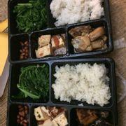 cơm cá và cơm gà rim mắm