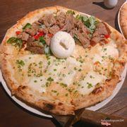 Pizza nửa bò nửa cá hồi có phô mai
