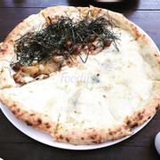 Mình gọi phần pizza mix giữa 2 loại, quầy làm bánh ngay trước bàn khách nên ai có hứng thú với bánh pizza có thể xem đầu bếp làm trực tiếp luôn nè. Bánh mới đem ra nóng hổi, giòn giòn kèm sốt mật ong, phô mai béo béo dai dai ăn khá ngon. Vì bánh hơi to nên mình chỉ ăn được 3 miếng thôi, còn lại nhường cho pặc nơ xử hết 😭😭😭 không gian rộng rãi mát mẻ, bày trí cũng rất dễ thương, tối có nến nữa 😌