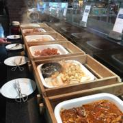 Quầy BBQ đa số món nhiều bột và vị khá ngọt.