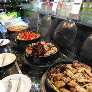 Phần lớn các món được làm từ thịt heo, thịt gà, rau củ bình dân.