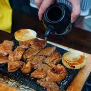 Bò Wanguy nướng đá