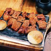 Bò lagu nướng đá tại bàn
