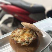 Bánh mì phô mai nhân gà sốt kem nấm