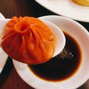 Cách ăn: chấm dumpling vào bát nước tương, bỏ lên thìa, dùng đũa chọc thủng lớp ngoài dumpling cho nước sốt chảy ra, gắp thêm ít gừng và thưởng thức))