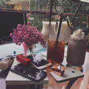 Ngồi đây nhâm nhi những món đồ uống, tâm sự cùng bạn bè, ngắm khung cảnh từ trên cao, thư giãn ngày cuối tuần thì còn gì tuyệt hơn nữa