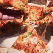 Pizza ra lò cheese dẻo, thơm là phải ăn luôn lúc còn đang nóng hổi