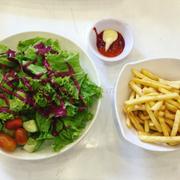 Salad sốt mayonnaise và khoai tây chiên