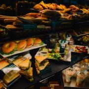Bánh cũng có giá sang chảnh không kém.