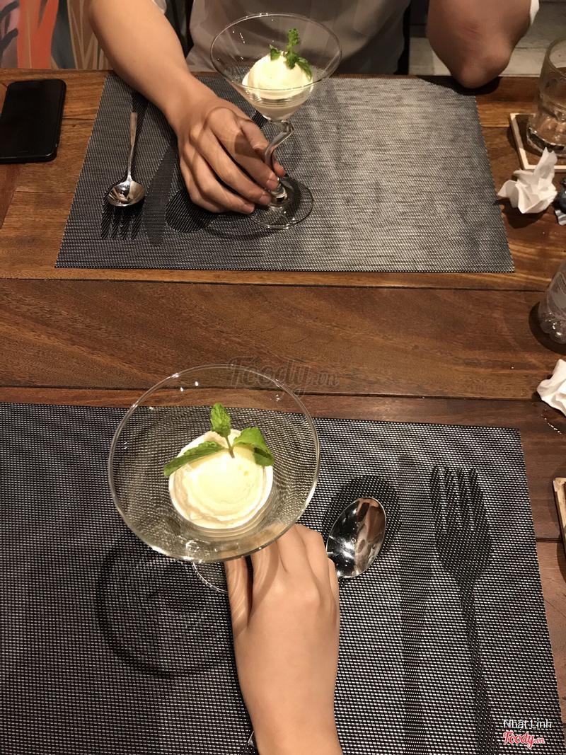cuối cùng là tráng miệng với 2 viên kem vani đc đặt trong ly như này, lịch sự phết ^^