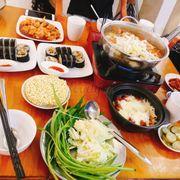 Tổng 270k mà 4người ăn no banh bụng )) gồm 1lẩu kim chi, 2 kimbap bò, 1gà cay phomai, 1 tokbokki