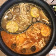 Nước lẩu Miso (trên) và Kim Chi (dưới)