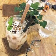 Uống mà cái muỗng nó lạ lắm luôn - to ngang ngửa ly )) lạ mà ngon lắm nè , mà mình có gọi trà đào nữa , hơi ngọt nha