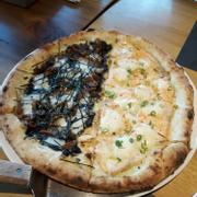 Pizza cá hồi chín và pizza mực rong biển (cái mực mặn thật)