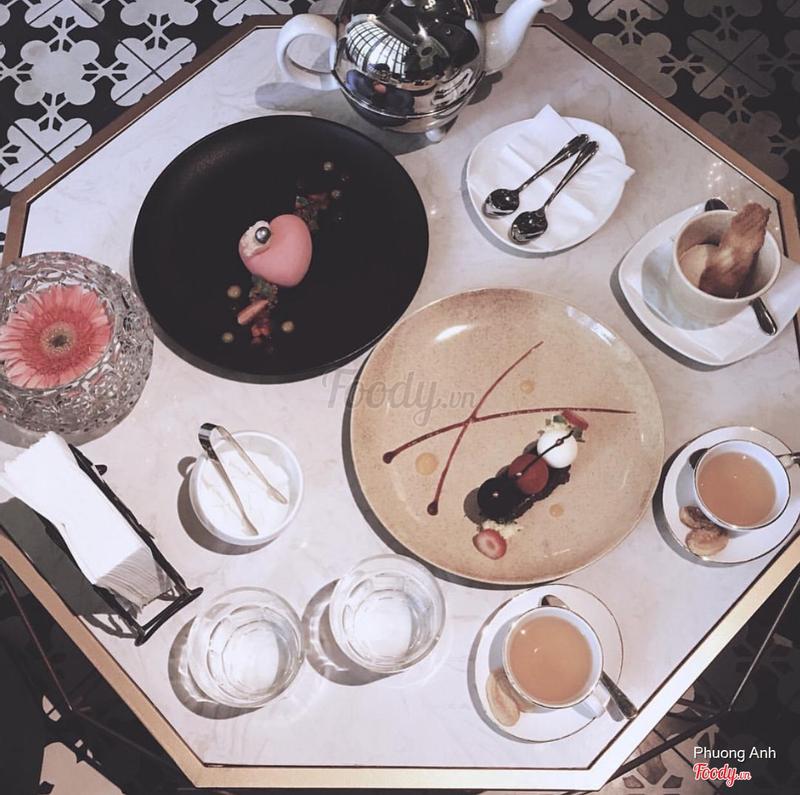 Triple chocolate mousse + bánh màu hồng mình quên tên roi😂