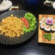 Cơm rang cá hồi, sushi cá hồi bơ