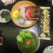 Salad rong biển trứng cua, sashimi bụng cá hồi, sò đỏ, sushi