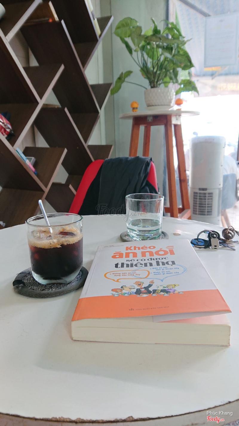Sáng uống cafe, đọc vài trang sách. Ngày mới sẽ tươi đẹp hơn.