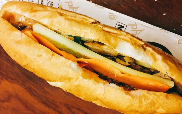Hồng Vân - Bánh Mì Pate Gà
