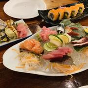 Sushi ăn không tươi lắm, cồi sò điệp còn đông đá xốp xốp, nhìn chung ăn tạm được không ngon, đồ ăn ra hơi lâu, pizza quá nhảo. Cần lưu ý lại, nhân viên pv tạm ổn