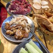 Buffet lẩu or nướng ở đây đều đồng giá 135k , ăn thoải mái gọi thoải mái nhá. Nhưng vì menu bufet nhiều món quá mà 2 đứa mình toàn là những con người ăn ít, nên chỉ ăn được đúng 1 lần họ mang đồ ra, ko gọi thêm bất cứ 1 thứ gì luôn , no nhấc ngừoi ko cố được nữa ý. Nhân buffet phong phú phết ( so với giá 135k) mình thích nhất là chân gà rút xương và gầu bò , thịt bò mềm lắm, nước lẩu mình gọi lẩu thái chua cay, không gian rộng , đhoa mát rượi , nhưng mà đi ăn về chs ng lnao cũng ám đầy mùi khói thịt nướng ý 😒