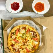 Pizza ăn giá cả hợp lí. Ship về nhà mà vẫn còn nóng hổi, shiper rất tận tâm và vui vẻ...so Good