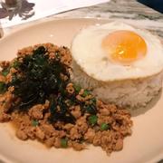 Cơm xào thịt heo với lá hương nhu và trứng