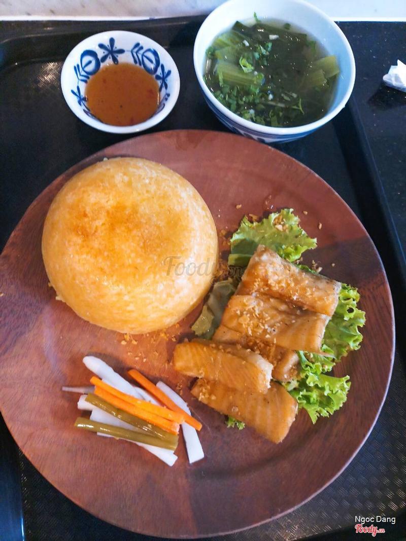 Cơm có lớp cơm cháy bên ngoài giòn rụm, ăn với cá hồi mặn mặn vừa hợp vừa ngon