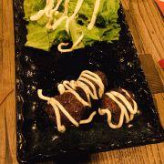 Hình như bò nướng terayaki thì phải . Không nhớ lắm . Nhưng bị em nó lừa tình huhu , 3 cục tí xíu chờ gần 45p mới có :((