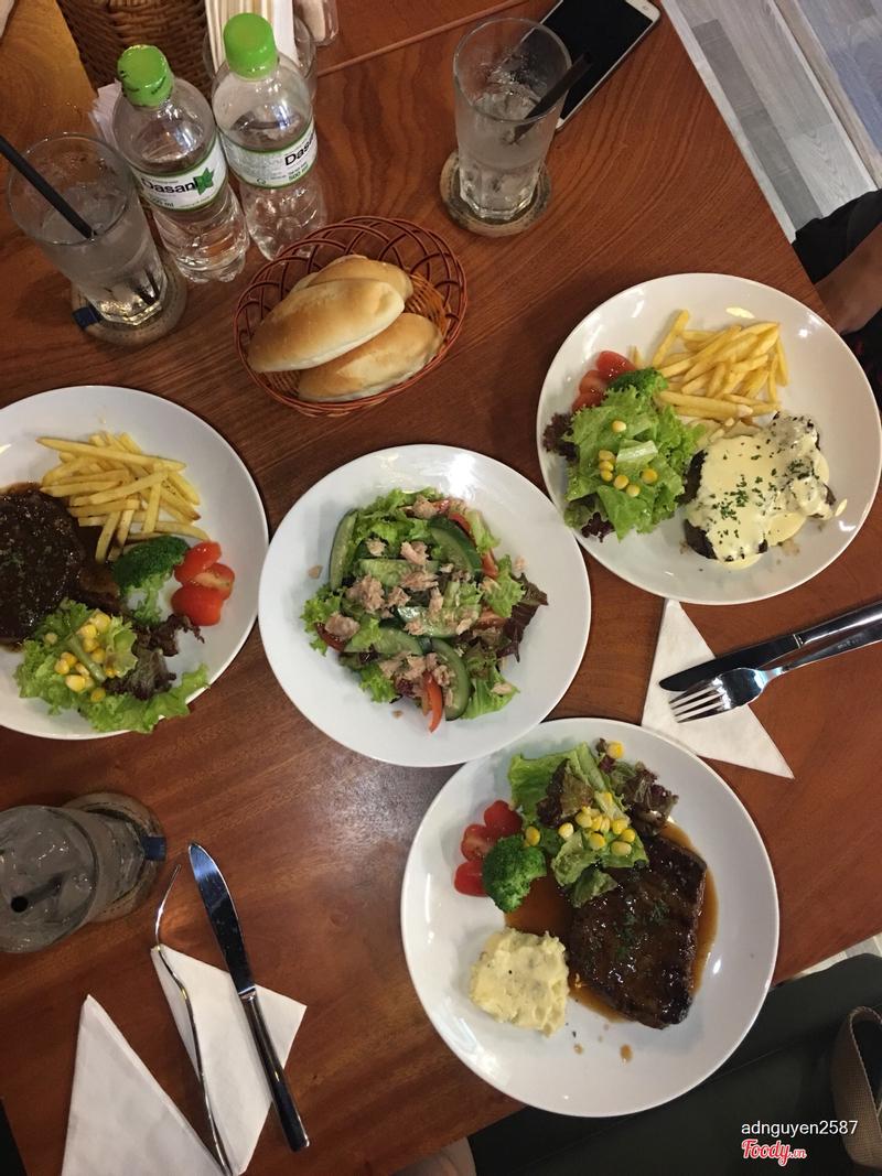 Salad vừa miệng , steak miếng nào cũng dày dai ngon mà giá thực sự rất ấn tượng , đáng để thưởng thức