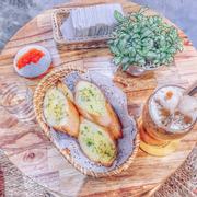 Bánh mỳ bơ tỏi + trà vải hạt chia