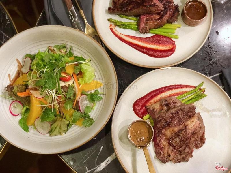 Salad và steak ăn kèm rất ngon, đỡ bị ngán. Do mình gọi Ribeye có hơi nhiều marble nên gọi kèm salad là hợp lí