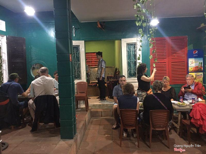 Đoàn khách Pháp muốn thưởng thức ẩm thực đường phố đặc sản của Cố Đô Huế - và chắc chắn không thể bỏ qua 4 món bánh đặc sản làm nên thương hiệu ẩm thực đường phố của Huế - đó là bánh Bèo, Nậm, Lọc, Ít ram.   Các món bánh đều rất lành bụng với du khách, đặc biệt là 2 thực khách theo đạo hồi - yêu cầu phức tạp trong thực đơn.