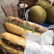Bánh mì giòn, thịt ngậy, vị trí thuận lợi