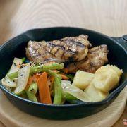 Gà nướng truyền thống: thịt gà rất thơm và ngon, rau xào ăn kèm vừa miệng