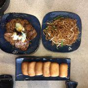 Khai vị bắp bò Tứ Xuyên. Món mì trộn xì dầu và bánh bao chiên ăn kèm cá.