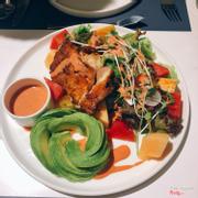 Avocado salad with grill chicken