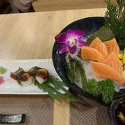 nigiri lươn và sashimi cá hồi